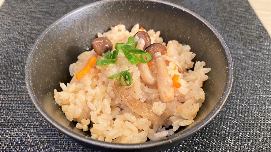 【朝食】日替わりで帆立、あさり、きのこの炊き込みご飯、混ぜご飯もご用意しております(一例)