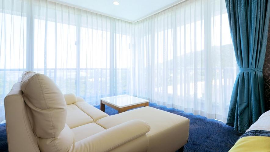 【広々スイート】開放的な窓が、石垣島の鮮やかな風景を映し出します。