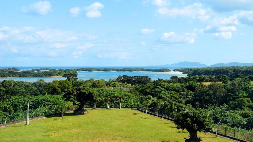 【和洋室】お部屋からは、マリンブルーの海と緑豊かな自然を望めます。