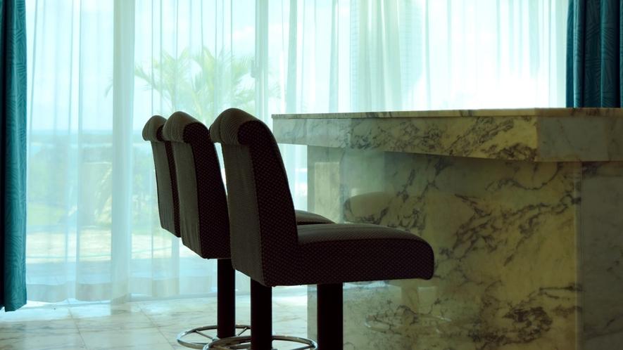 【1階ホール】館内随所に開放的な窓を設置し、外の自然を感じることができる空間設計にしております。