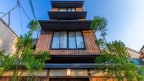 外観です。京都の住宅街に溶け込む4階建て。とても静かな立地のため、ゆったりとお過ごしいただけます。