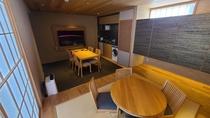 スイートのリビングにはキッチン・ダイニングテーブルも完備しております。