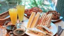 簡単なパン類ですが、無料の朝食をルームサービスにてご用意いたします(朝7時~朝10時)。