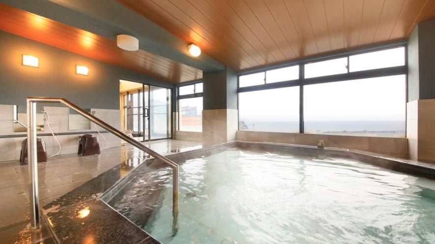 朝の大浴場では駿河湾を一望