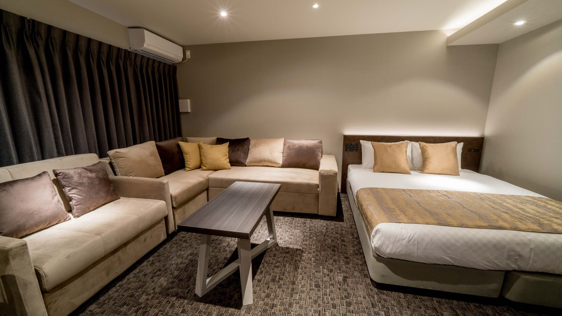 1 Queen bed with 2 sofa beds for 5 A