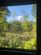 リビングから迫力の富士山を臨む