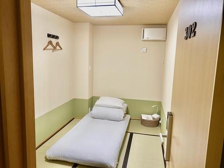 和室,シングル敷き布団、共有バスルーム(窓なし)