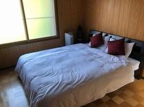 二階の洋室 クイーンサイズのダブルベッド