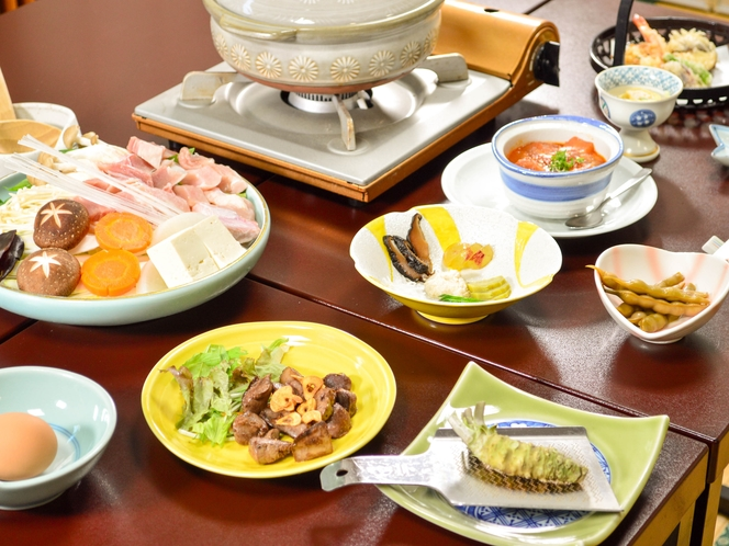 地元でとれた食材を中心に、季節のお料理をお出ししています。料理一例