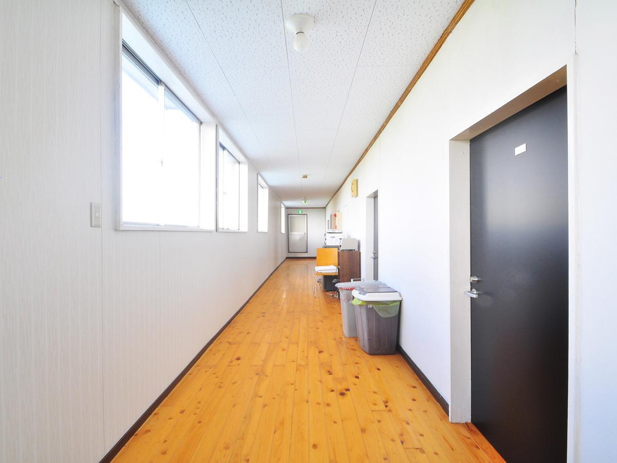 【2階廊下】2階はシングルとツインのお部屋がございます。