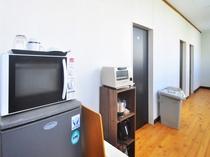 【2階廊下】電子レンジ・冷蔵庫などご用意しております。ご自由にお使いください。