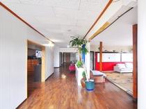 【1階廊下】館内は陽当たりが良く、風通しの良い造りとなっております。