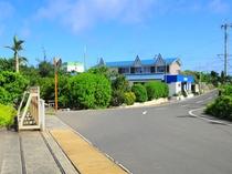 【外観】与論空港の敷地から撮影した当館。空港からこの近さ♪