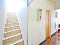【1階廊下】2階の客室へはこちらからどうぞ。