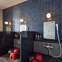 *【女湯大浴場】洗い場。シャワーは3台ございます。