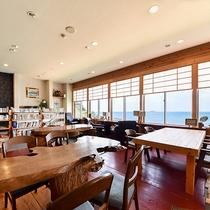 *【本館喫茶ラウンジ】手作りのテーブルと椅子でゆったりとお寛ぎください♪