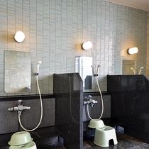 *【男湯大浴場】洗い場。シャワーは3台ございます。