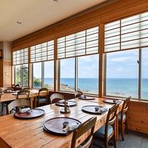 *【本館レストラン】海の見える開放的な空間でお食事いただけます。