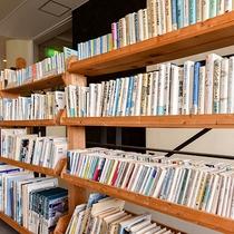 *【本館喫茶ラウンジ】本棚がございます。本を読みながら癒しの時間をお過ごしください♪