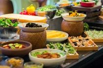【朝食ブッフェ】約80種類のこだわりの和洋ブッフェをお届けいたします。
