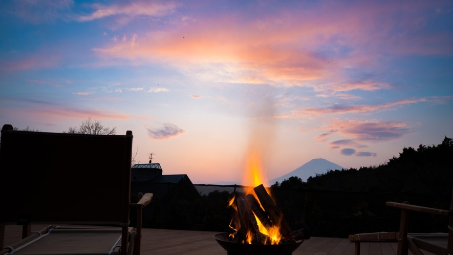 ご夕食時には皆さまのキャビンに焚火をご用意いたします