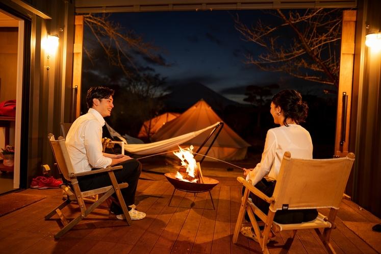 アウトドアデッキではデザートタイムに合わせてスタッフが着火する焚火を囲んで、スモア作りを楽しんで