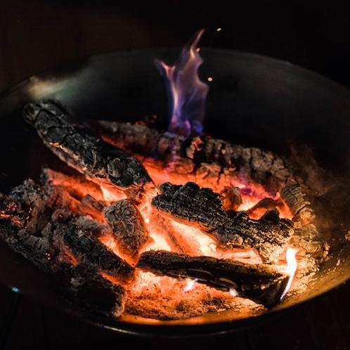 ディナーは燃え上がる焚火を眺めながら