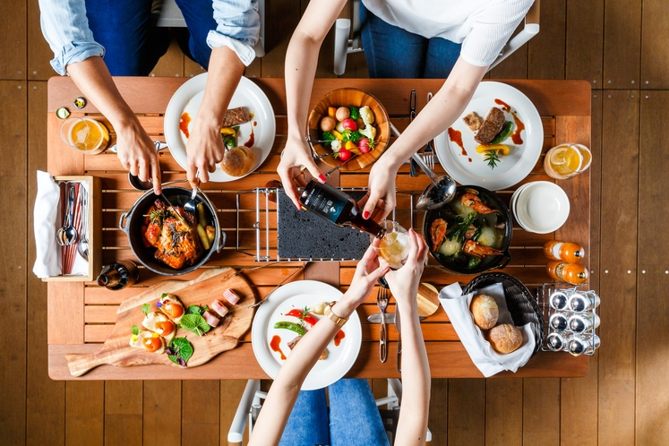 野趣あふれるディナーはアウトドア料理をコース仕立てでキャビンのダイニングにご用意(イメージ)