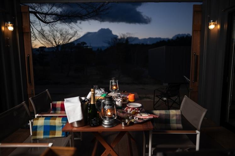 夕刻の富士山を眺めながらご夕食をアウトドアデッキにご用意