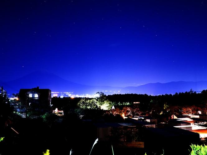 星空とうっすら見える富士山