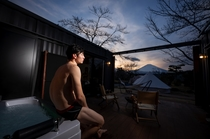 アウトドアデッキのジェットバスから、星空や富士山を眺めて