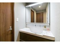三面鏡付き洗面台 三面鏡で朝の支度がスピードアップ、ストレスフリーで身支度が楽しく出来ます。