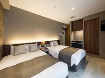 ツインルーム 広い室内はダブルベッドとセミダブルベッドで3名様がゆっくり過ごせます。