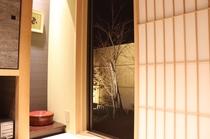 草の間(夜)