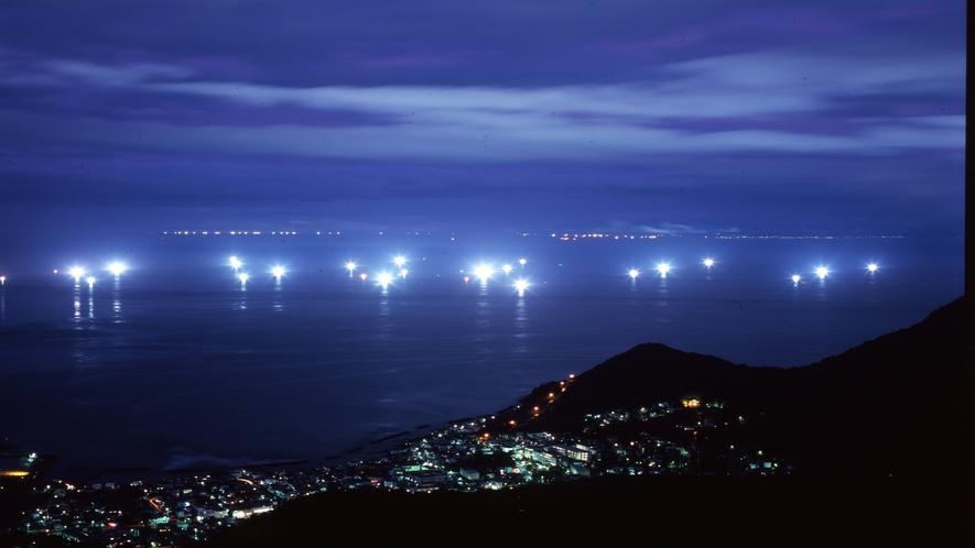 函館山山頂展望台から眺める津軽海峡の漁火