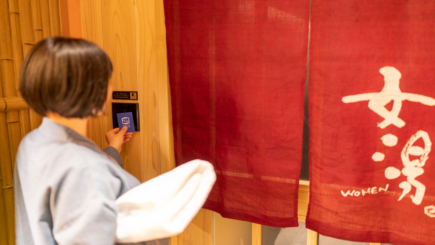 大浴場の入り口はカードキー認証でセキュリティ万全!