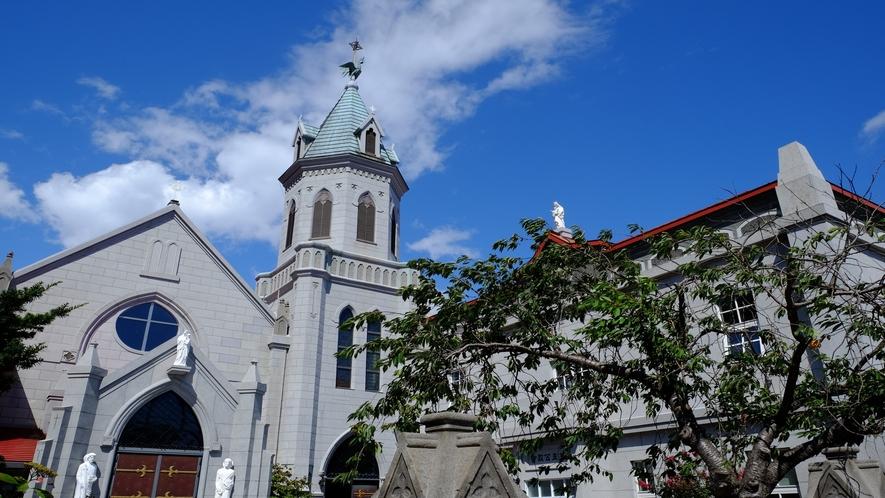 元町カトリック教会(大聖堂内の祭壇はローマ教皇から贈られたものとのこと)