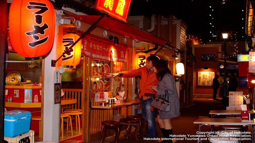 ひかりの屋台大門横丁(ラーメン屋や居酒屋などの飲食店が軒を連ねます)
