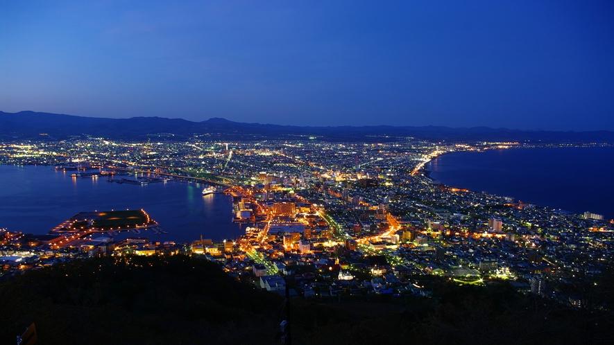 函館山山頂展望台からの夜景(夏でも夜は冷えるので暖かい服装をオススメします)