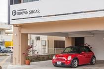 ブラウンシュガー建物正面のロゴマーク 一階は専用駐車場