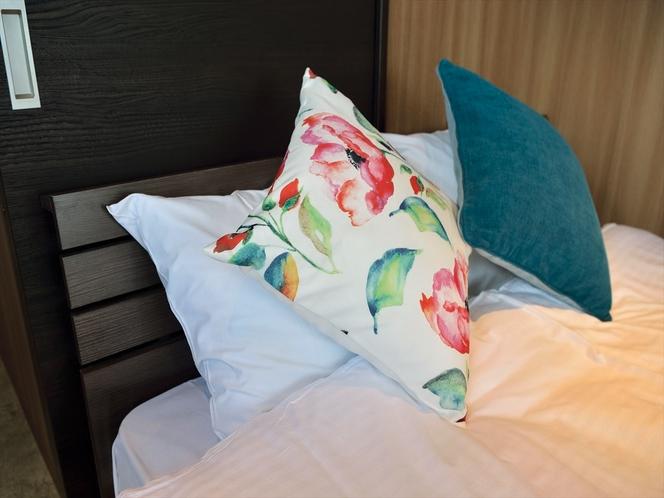 【客室】ダブルベッドとクッション