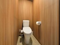 【客室】快適なトイレルーム、温水洗浄便座付きです。