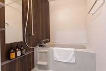 客室のバスルーム。ご自宅の様に洗い場で身体が洗えます(シャワーカーテンなし)