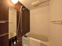 【客室】バスルームはご自宅の様に洗い場で身体が洗えます(シャワーカーテンなし)