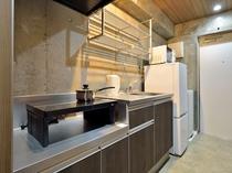 【客室】シュガーダブルルーム キッチンには2ドア冷蔵庫・電子レンジ・電気ポット・調理器具・食器完備