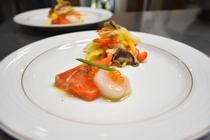 前菜の一例 信州サーモンとホタテのカルパッチョ 信州産ヒラタケ・パプリカのマリネ