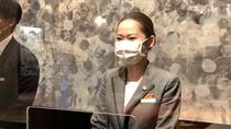 フロントカウンターにはアクリルパネルを設置し、スタッフはマスクを着用しております。