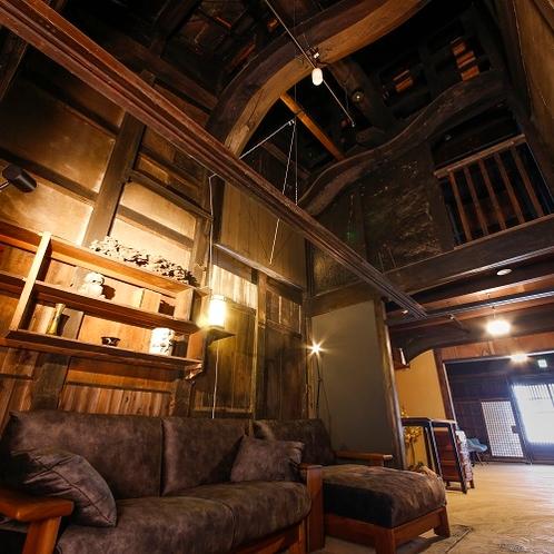 ◆フロントロビー◆ソファーでくつろぎながら見上げた先には、天井にうねる大きな梁がご覧頂けます