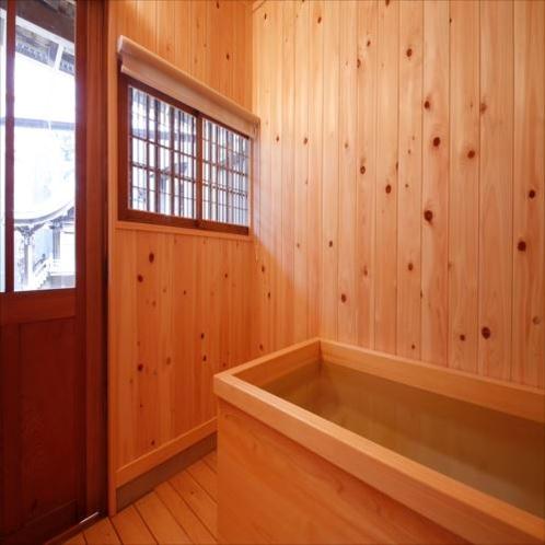 ◆翡翠(ひすい)お風呂◆このお部屋のみ備えられた檜風呂にて、心地よい香りと中庭の眺望をお楽しみ下さい