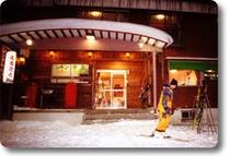 ゲレンデの中の宿、スキーを履いてリフトはすぐ